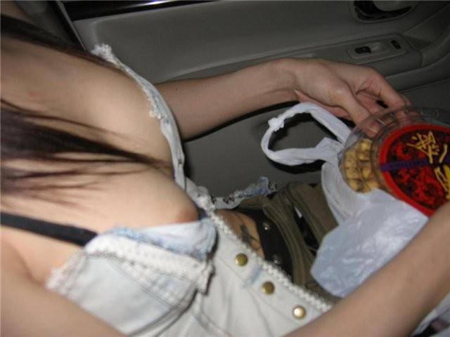 着衣からはみ出した乳首が絶妙にイヤらしいおっぱいエロ画像 97