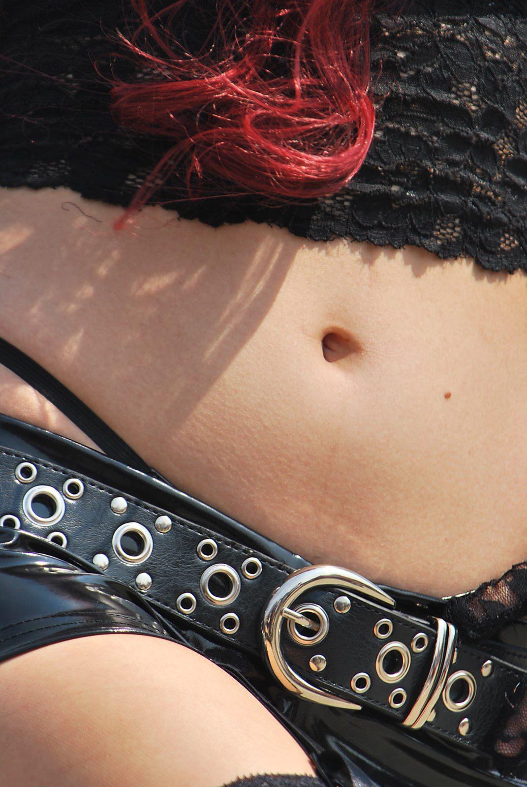 エロく舐めまわしたい女のおヘソは女性器なみwww素人エロ画像 971