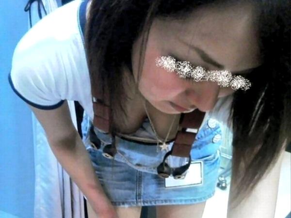 【胸チラ画像】おっぱいの谷間やブラから乳輪や乳首まで盗撮されてしまった素人のエロ画像www 0119