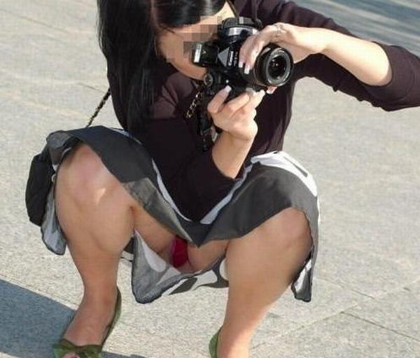 写真撮影に夢中で自分のパンチラに気がつかないwwwww素人エロ画像 1100