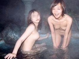 友達と来た温泉で悪ノリ記念撮影しちゃってる素人娘の露出エロ画像