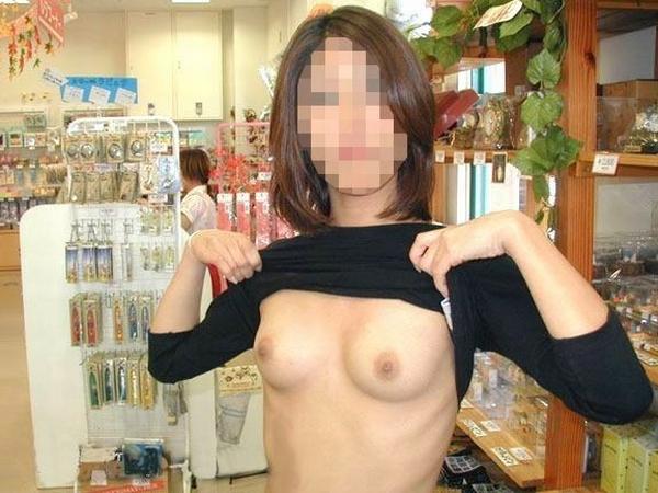 通報されるリスクを背負っても辞められないスーパーで露出する変態素人女のエロ画像 1152 1