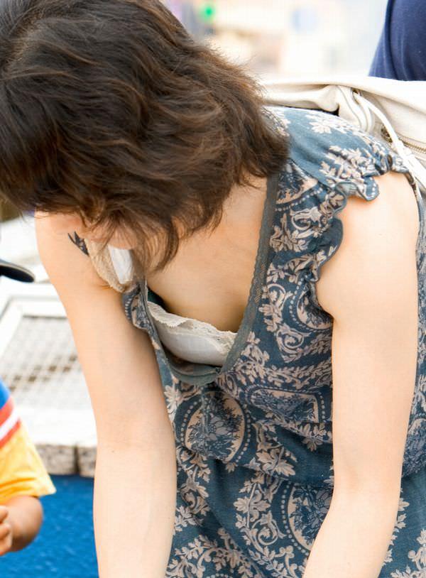 子供産んで巨乳になった素人妻wwwww街撮り胸チラおっぱいいっぱいエロ画像 1219