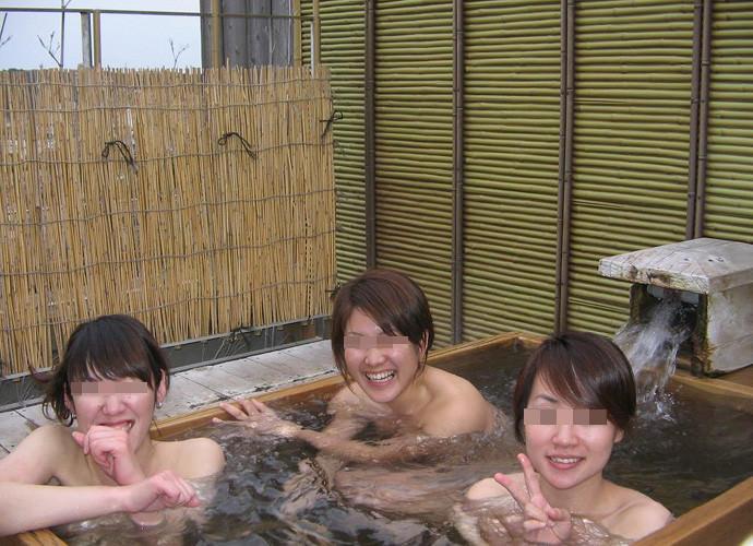 素人の女の子が友達と露天風呂で記念撮影したエロ画像 1271