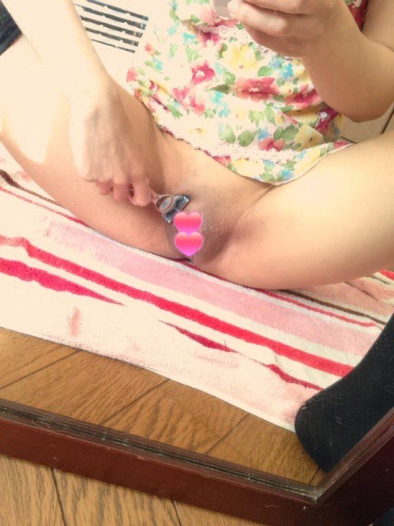 剛毛マン毛の彼女が人生初のパイパンにしてる剃毛中の素人エロ画像 131