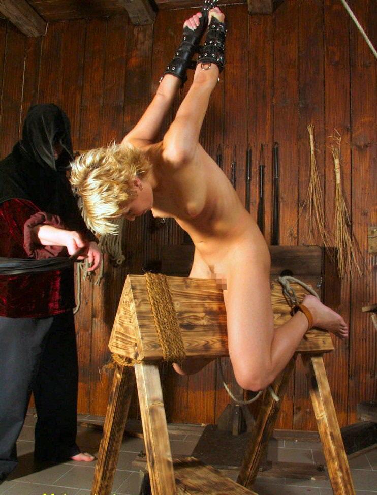 三角木馬で調教されてる美女がガチ絶叫wwwwの拷問SMエロ画像 1376