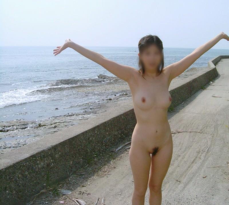 当然海で遊ぶときは全裸でしょwwwド変態すっぽんぽん女の露出素人エロ画像 1619