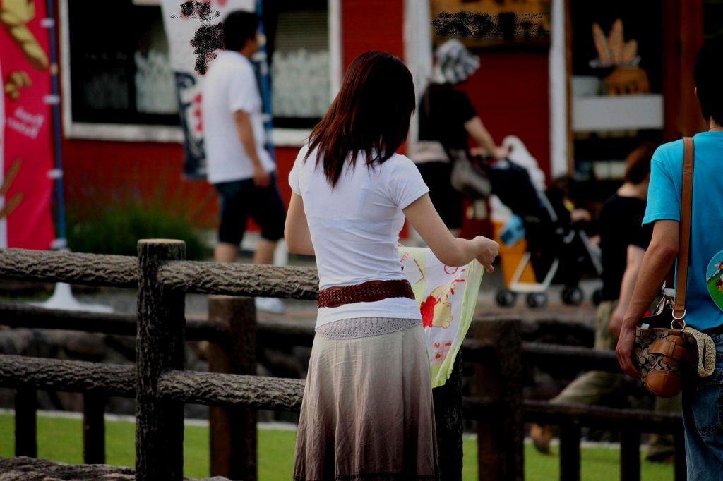 透けブラの季節の街撮りはサイコーーー!勃起不可避でやり場に困るwwww素人エロ画像 187