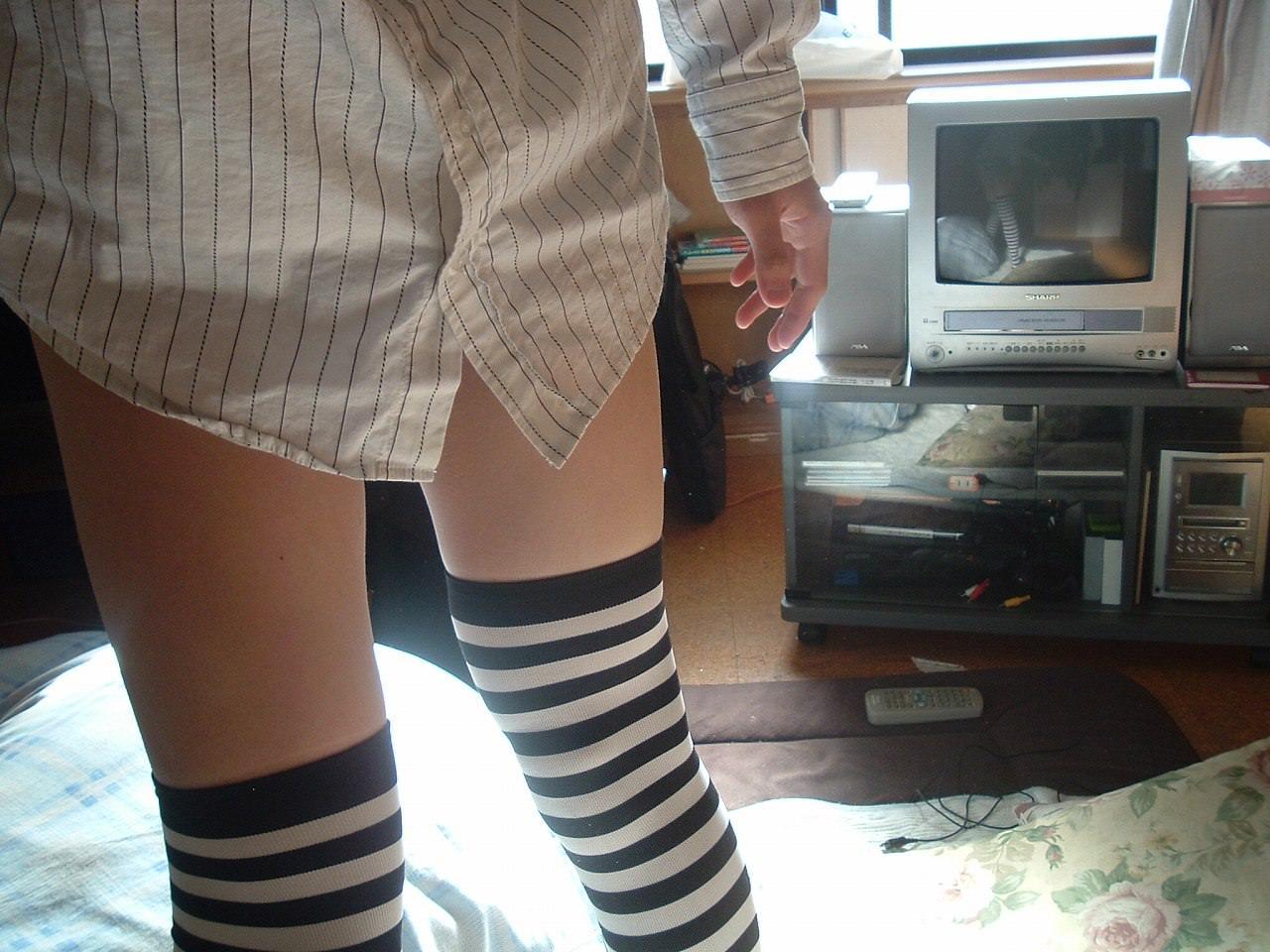 縞模様のニーソに太ももの組み合わせがめちゃシコーーーな素人娘!!のエロ画像 188