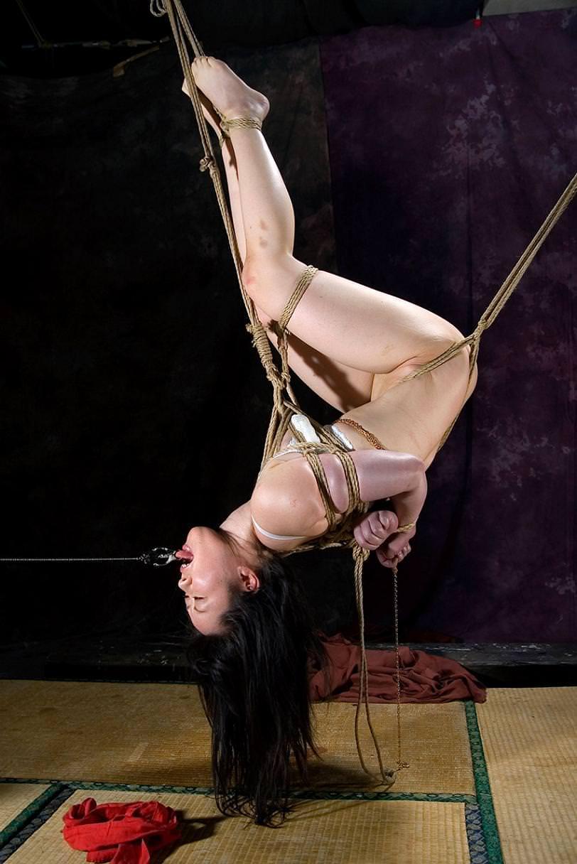 女を縄で縛って逆さ吊り調教したSMエロ画像 1967