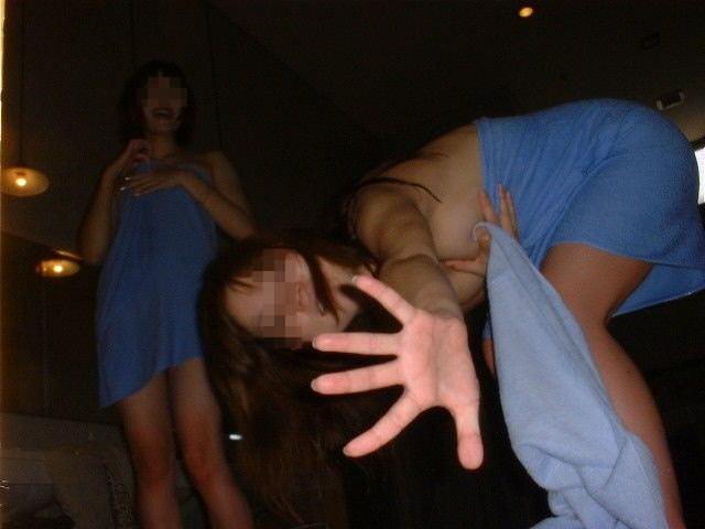 素人の女の子が友達と露天風呂で記念撮影したエロ画像 2052