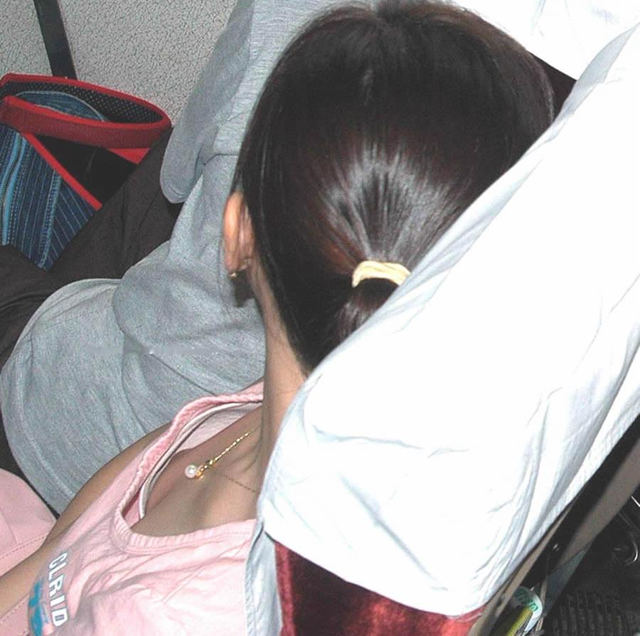 大学の素人の女友達の乳首がポロリしてた時の胸チラの興奮はヤバすぎwwwwwwエロ画像 2053