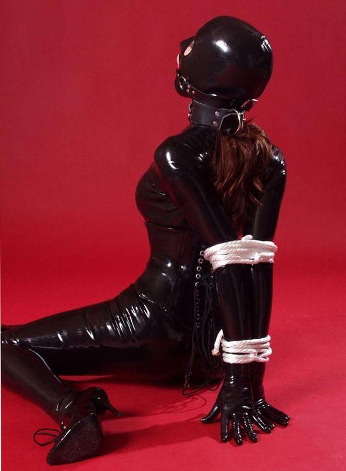 ラバースーツに拘束された海外美女のコスプレSMエロ画像 21106