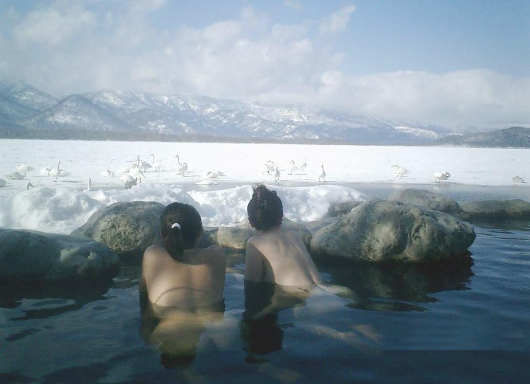 素人の女の子が友達と露天風呂で記念撮影したエロ画像 2171