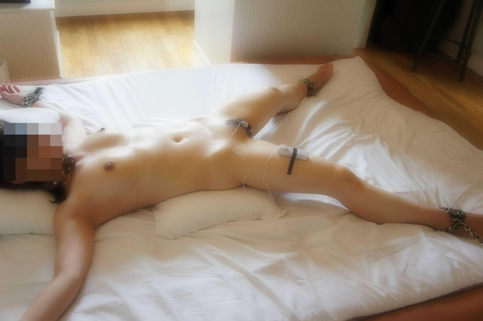 女を調教する為に両手両足を拘束して自由を奪ったSMエロ画像 2206