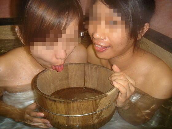 素人の女の子が友達と露天風呂で記念撮影したエロ画像 2338