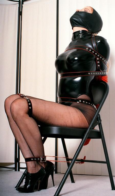ラバースーツに拘束された海外美女のコスプレSMエロ画像 2354
