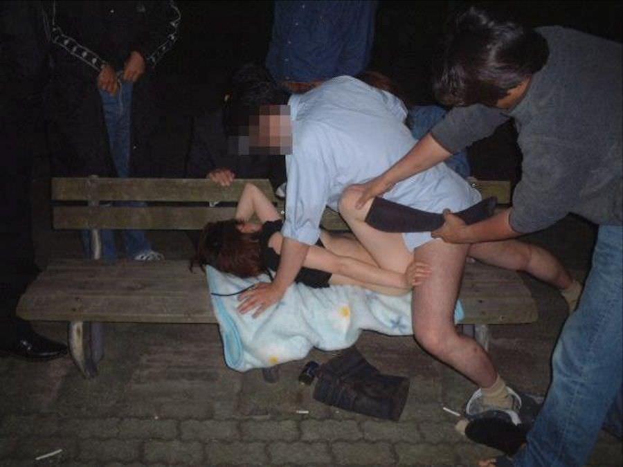 素人のキモ豚が乱交!!1人の女を寄って集って犯すエロオヤジの素人エロ画像 2419