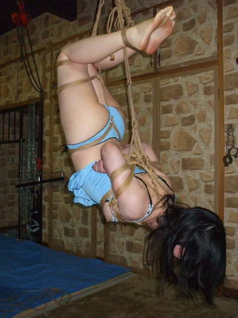 女を縄で縛って逆さ吊り調教したSMエロ画像 2442