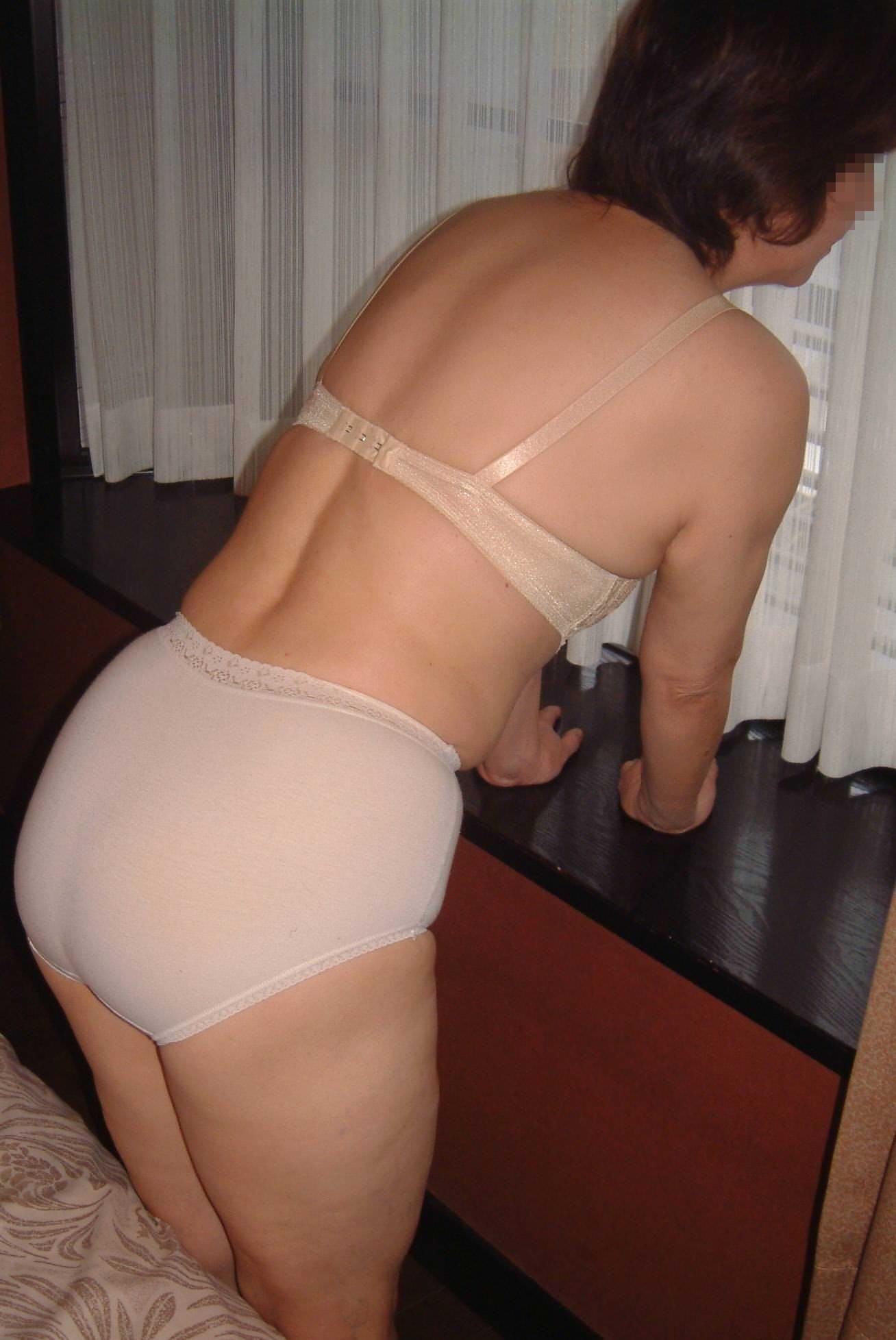 不倫中の素人妻の下着姿wwww育ちすぎた熟女の体がエロ過ぎるwwwwwエロ画像 2531