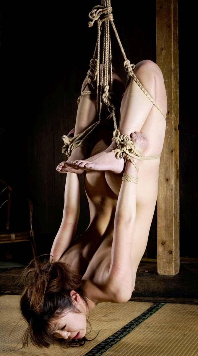 女を縄で縛って逆さ吊り調教したSMエロ画像 2537