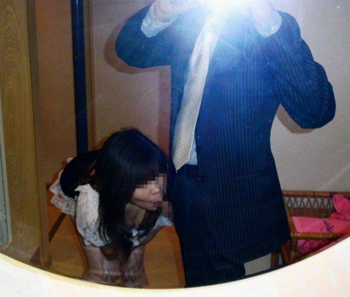 興奮を隠し切れない男がセフレとエッチしてる姿を鏡越しに撮影した素人エロ画像 2542