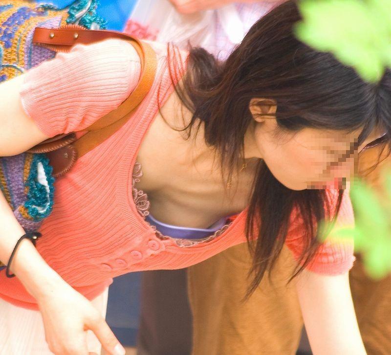 見れて超ラッキーwww素人の乳臭い匂いがムワッと広がる胸チラ街撮りエロ画像 2612