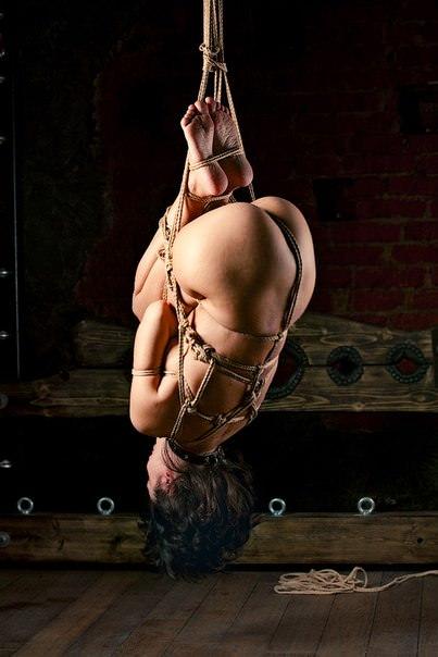 女を縄で縛って逆さ吊り調教したSMエロ画像 2631