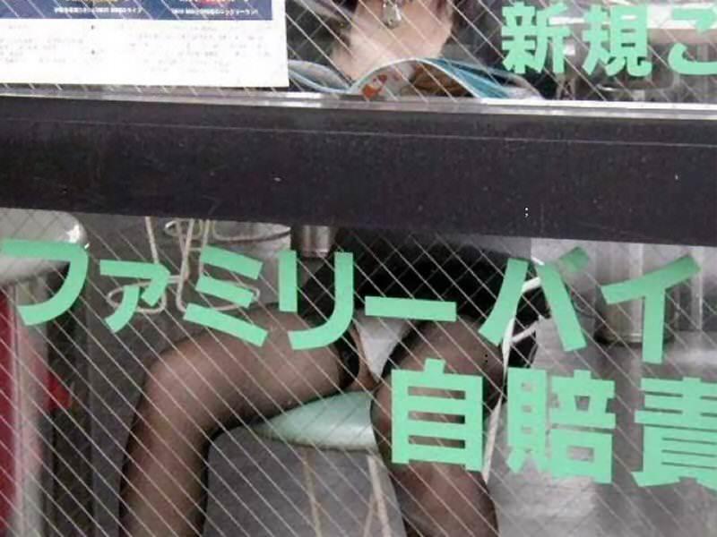 テーブルの下で盗撮されてることに気づいてない素人女子のパンチラエロ画像 2638