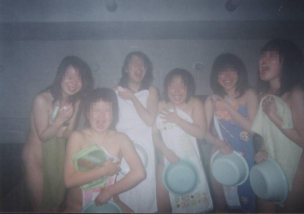 素人の女の子が友達と露天風呂で記念撮影したエロ画像 2721
