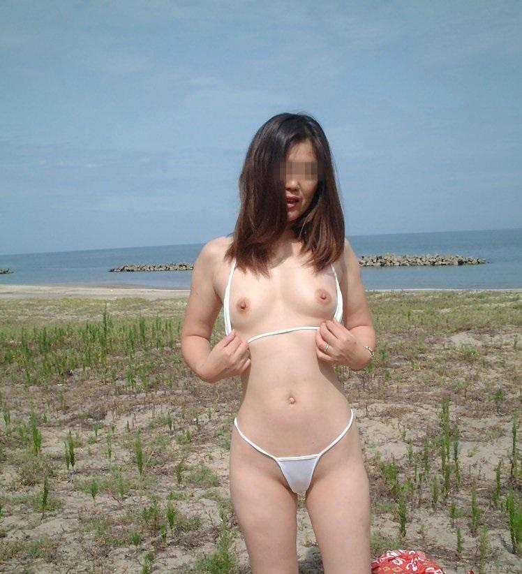 露出度ぱないドスケベなビキニで海水浴を楽しむ淫乱素人ギャルwwwwのエロ画像 2725
