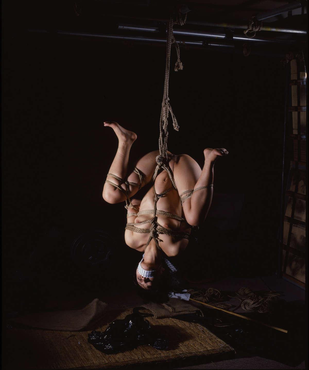 女を縄で縛って逆さ吊り調教したSMエロ画像 2726