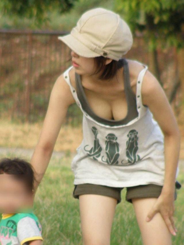 子供産んで巨乳になった素人妻wwwww街撮り胸チラおっぱいいっぱいエロ画像 275