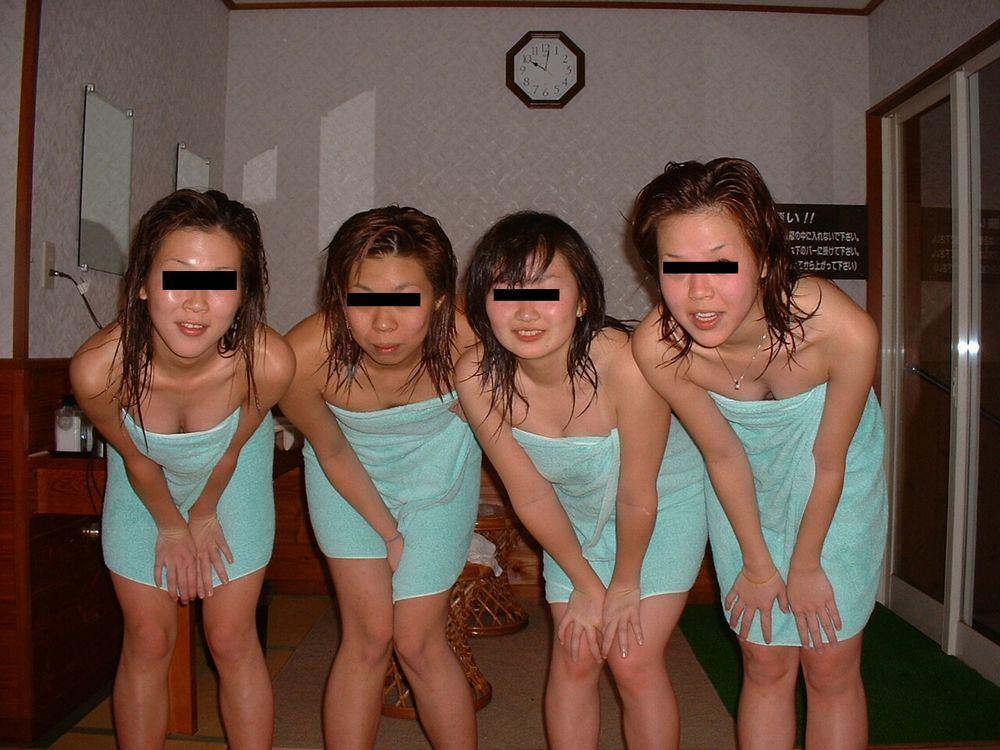 素人の女の子が友達と露天風呂で記念撮影したエロ画像 2818