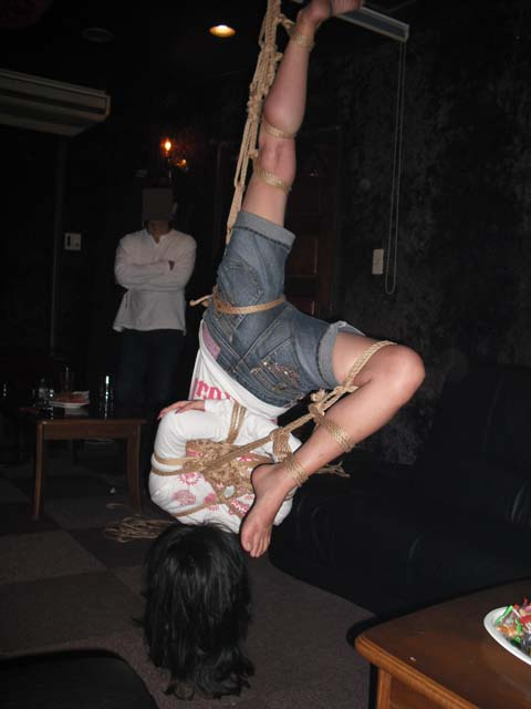 女を縄で縛って逆さ吊り調教したSMエロ画像 2822