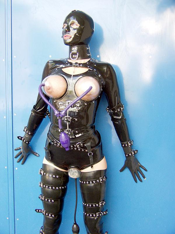 ラバースーツに拘束された海外美女のコスプレSMエロ画像 3128