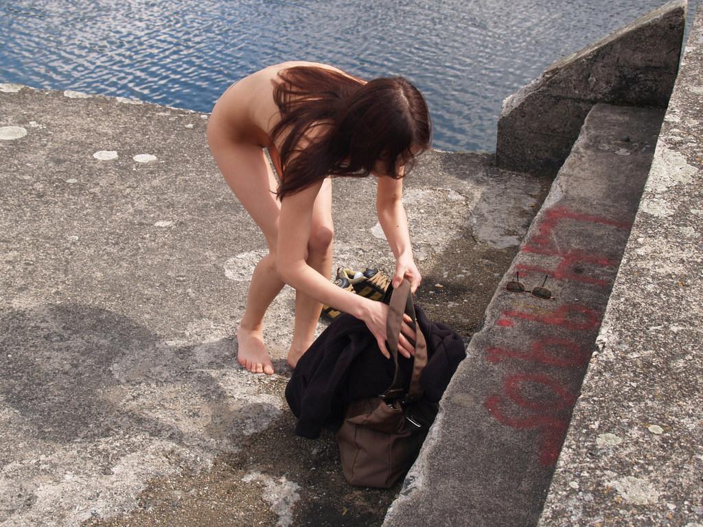 当然海で遊ぶときは全裸でしょwwwド変態すっぽんぽん女の露出素人エロ画像 323