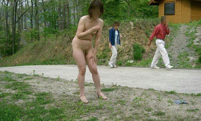 度胸あり過ぎwwww大胆にも公共の場所で全裸になるドスケベ素人女wwwwエロ画像 378