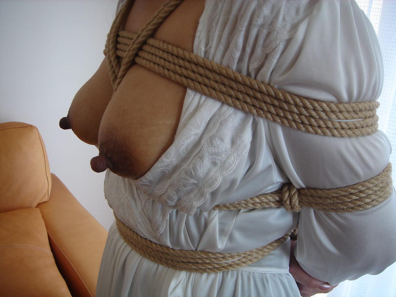 素人の嫁が浮気相手に緊縛されててワロタwwwwwエロ画像 390