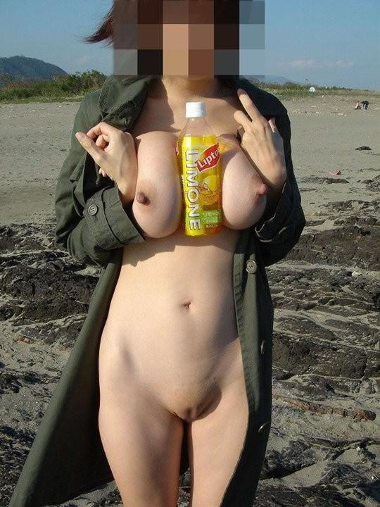 当然海で遊ぶときは全裸でしょwwwド変態すっぽんぽん女の露出素人エロ画像 419