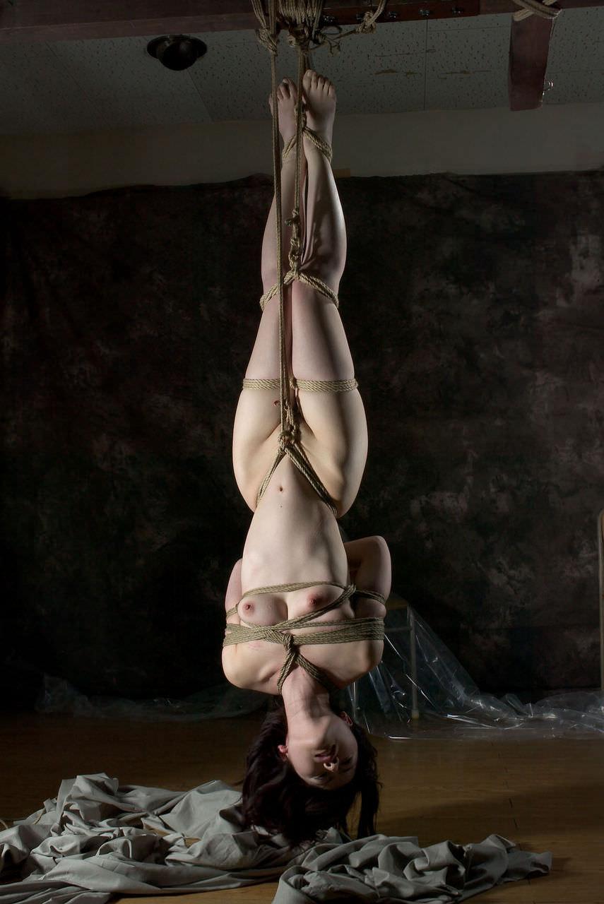 女を縄で縛って逆さ吊り調教したSMエロ画像 484