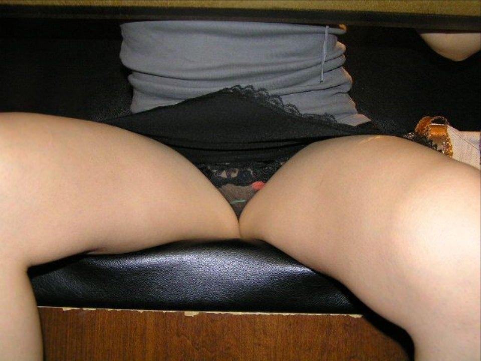 テーブルの下で盗撮されてることに気づいてない素人女子のパンチラエロ画像 495