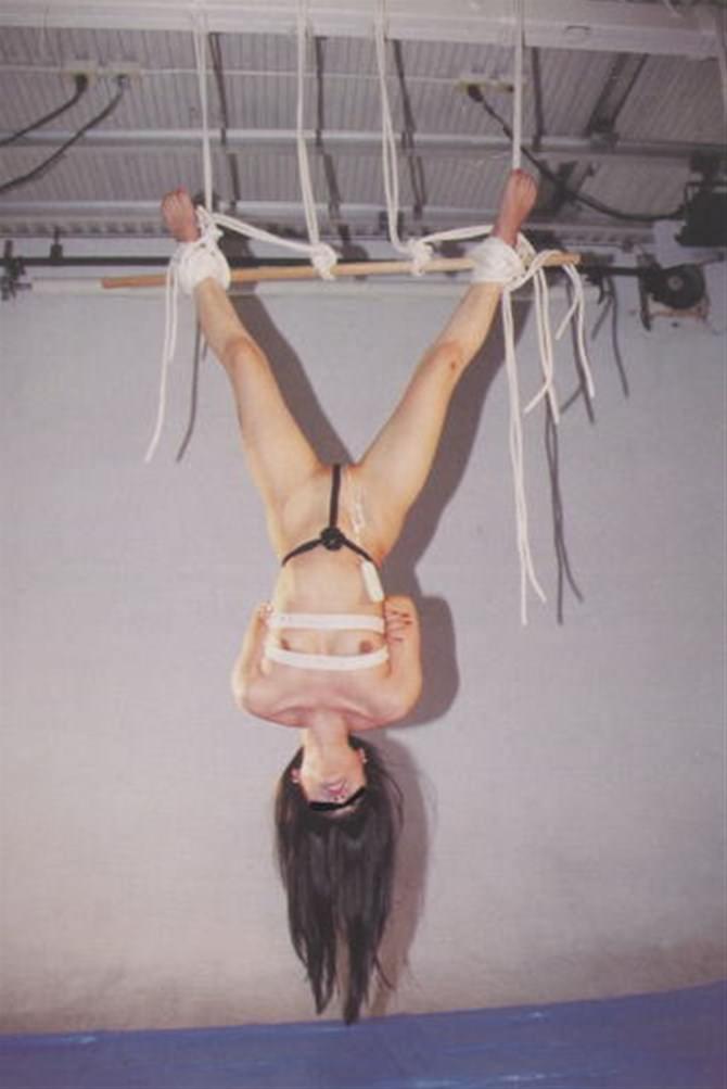 女を縄で縛って逆さ吊り調教したSMエロ画像 582