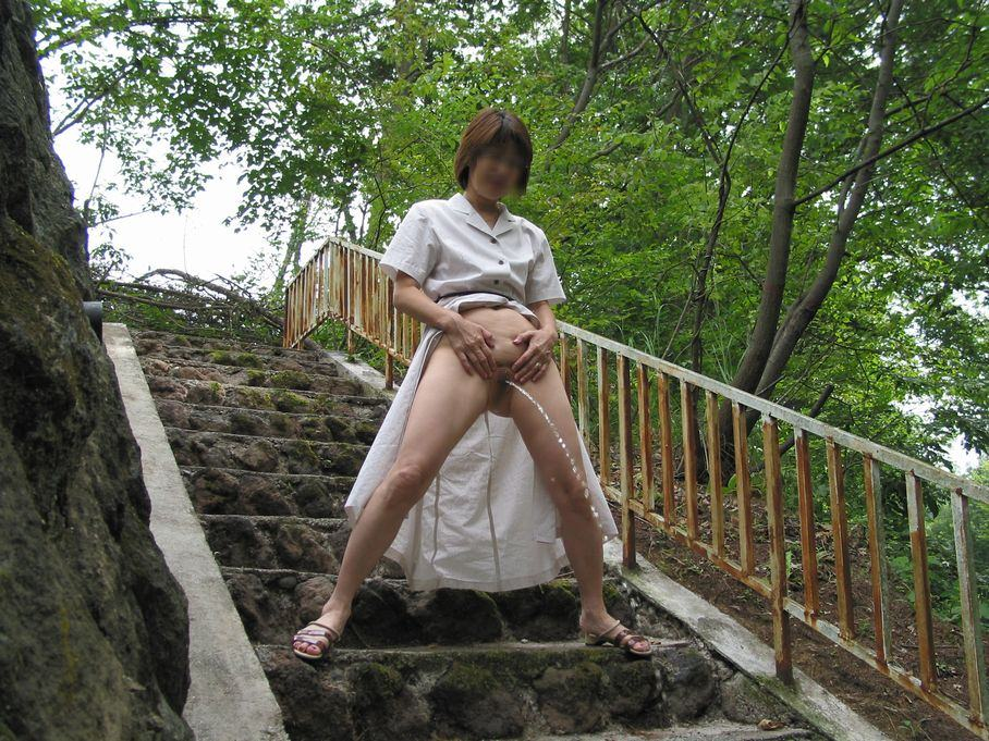 チョロチョロオシッコしてる姿が可愛いド変態素人女の野外露出エロ画像 597