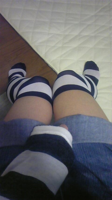 縞模様のニーソに太ももの組み合わせがめちゃシコーーーな素人娘!!のエロ画像 610
