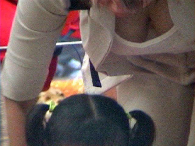 子供産んで巨乳になった素人妻wwwww街撮り胸チラおっぱいいっぱいエロ画像 617
