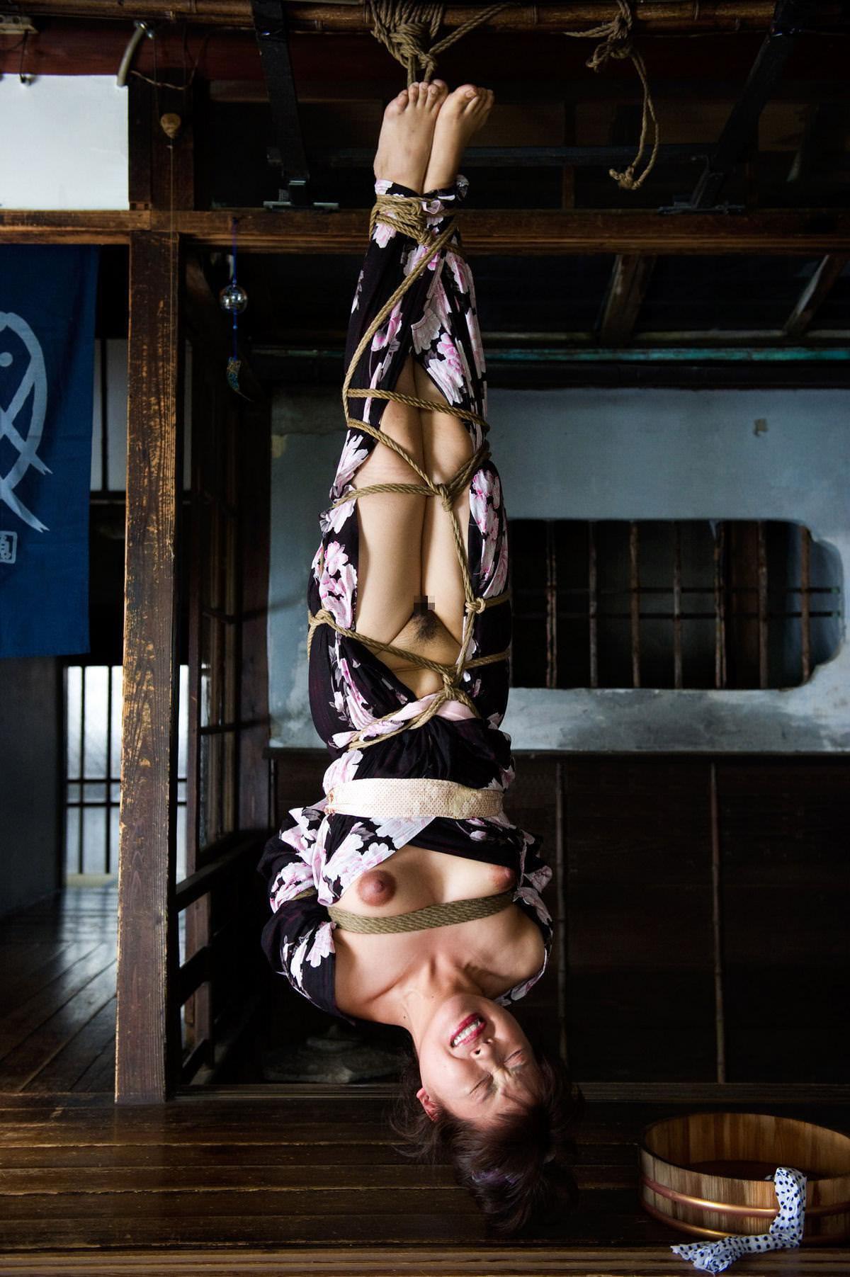 女を縄で縛って逆さ吊り調教したSMエロ画像 682
