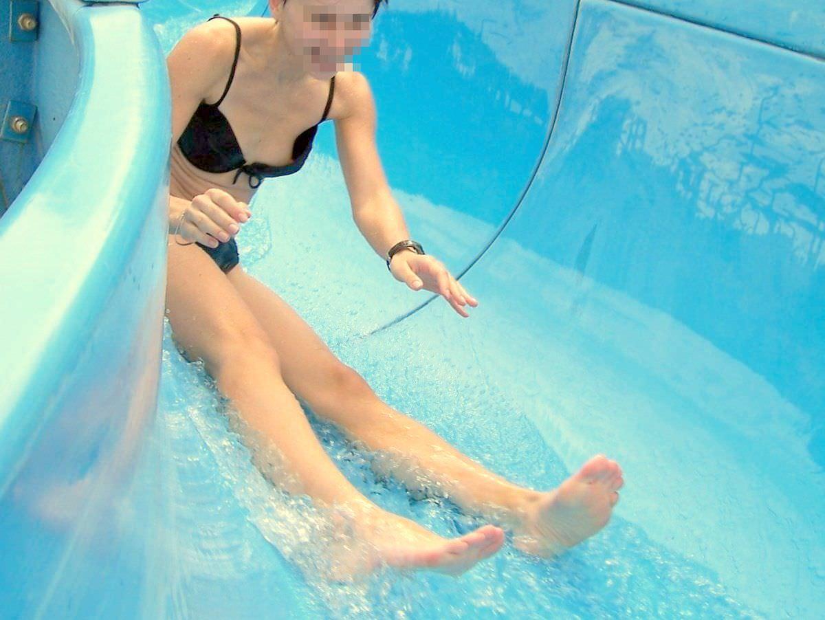 夏らしいおっぱいポロリしてる水着の素人娘のエロ画像 685