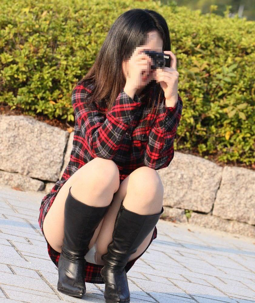 写真撮影に夢中で自分のパンチラに気がつかないwwwww素人エロ画像 716