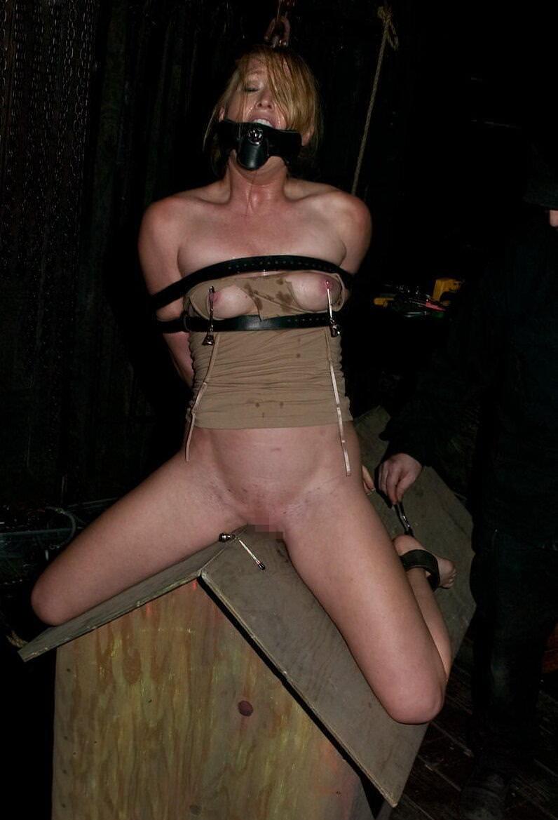 三角木馬で調教されてる美女がガチ絶叫wwwwの拷問SMエロ画像 877
